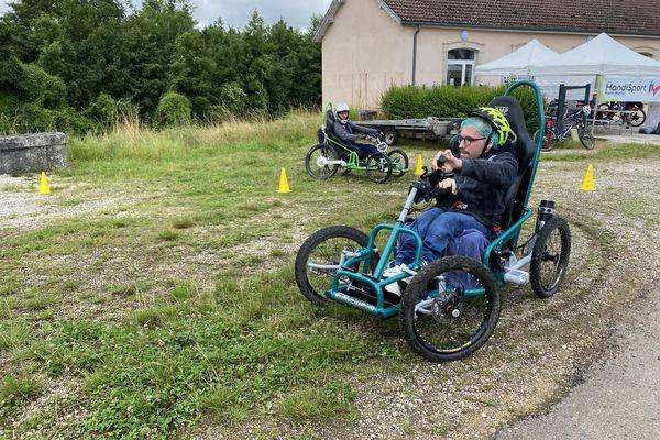 Avant de partir en forêt, il faut s'adapter au fauteuil tout terrain sur un parcours précis.