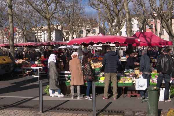 Le marché de l'esplanade Lamartine, à Mâcon, en Saône-et-Loire.