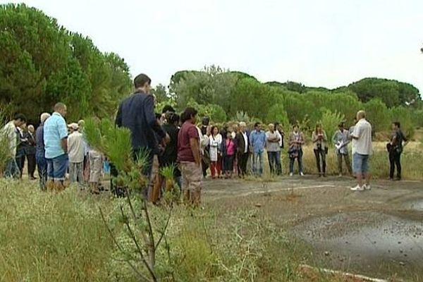 La cérémonie s'est tenue sur l'ancien camp de Saint-Laurent-des-Arbres où étaient assignés les Harkis jusqu'en 1976. Août 1975.