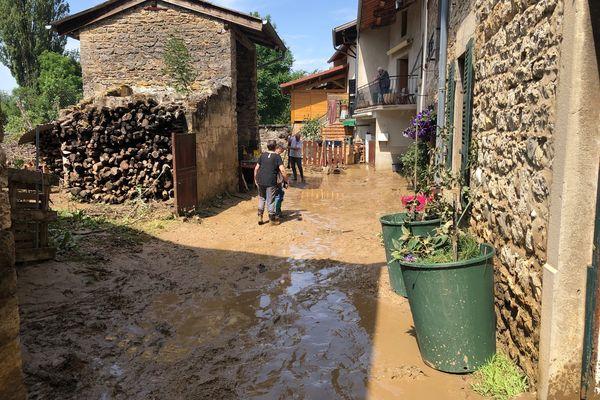 L'une des rues du centre de Vaux-en-Bugey après la crue du Buizin. L'heure est au nettoyage après le passage d'un torrent de boue. Photo prise le 21/06/21.