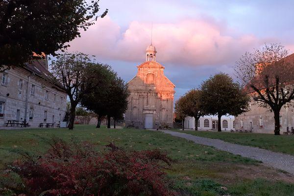 Dans certains lieux de mariage, comme le fort Saint-André, à Salins-les-Bains, les réservations se font deux ans à l'avance.