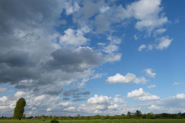 Des nuages de plus en plus menaçants avant la pluie dans le Bocage en ce LUNDI.