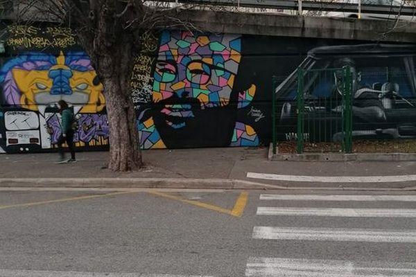 Cédric Herrou en couleurs, sous la voie rapide à Nice.