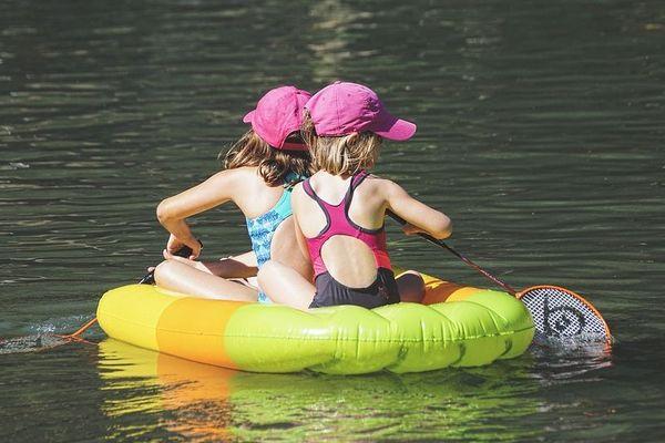 Deux enfants se baignent dans un lac - Photo d'illustration