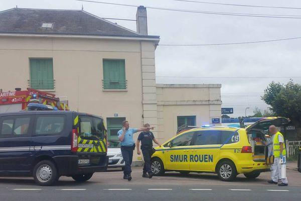 Un important dispositif de secours devant la gare de Barentin ce lundi matin.