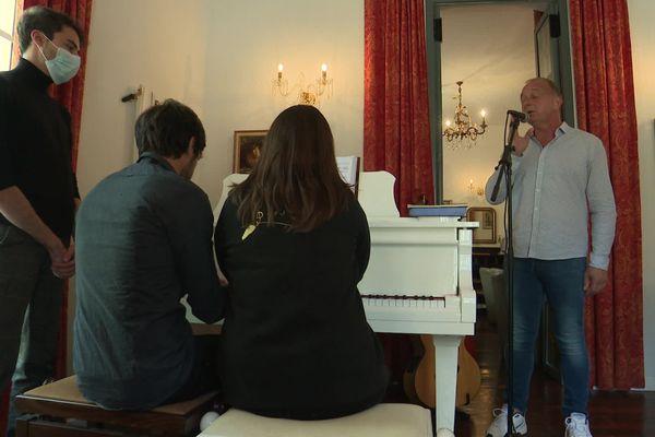 Le chanteur Felì est en résidence d'artistes à l'hôtel U Castellu en compagnie de Laura Libella et Jérémie Vuillamier.