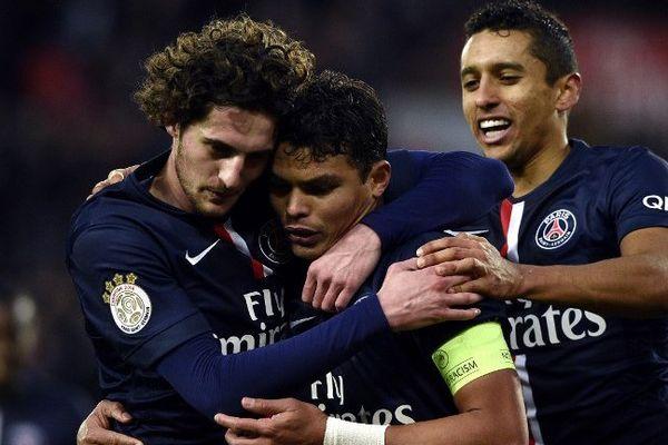 Adrien Rabiot, auteur d'un doublé face à Toulouse, félicite Thiago Silva, auteur du 3e but parisien.