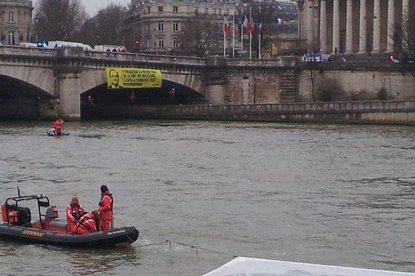 Ce lundi matin une dizaine de militants de Greenpeace ont déployé une banderole flottante de 100 m2 sur la Seine