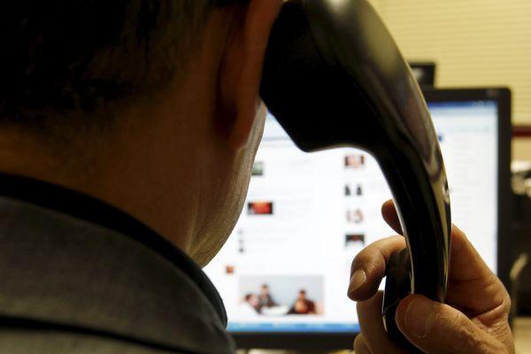 Les arnaques aux dons se manifestent par téléphone, SMS, ou à travers des sites internet frauduleux