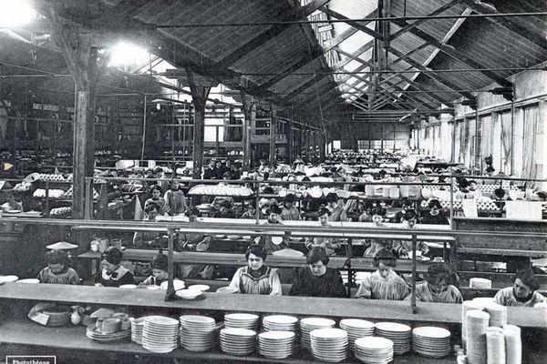 Ouvrières dans une usine de Porcelaine Haviland à Limoges