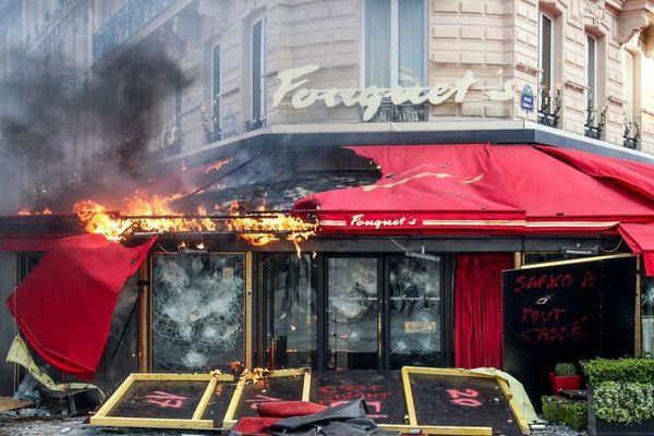 Le restaurant Le Fouquet's en feu, en marge d'une manifestation des gilets jaunes à Paris le samedi 16 mars.