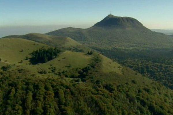 Culminant à 1 465m d'altitude, le Puy de Dôme offre un belvédère unique sur les 80 volcans que compte la Chaîne des Puys.