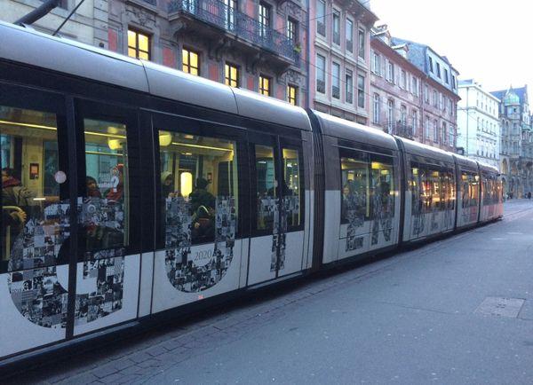 Le Tram Gutenberg dans les rues de Strasbourg