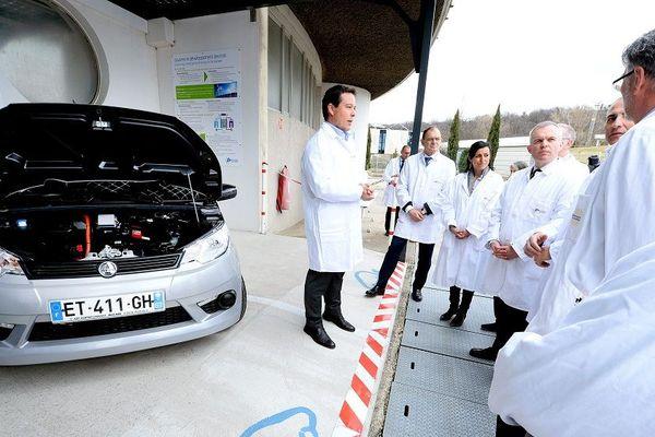 Solaize (Métropole de Lyon) : François de Rugy en visite sur le site de l'IFP Energies Nouvelles. Le ministre avec les responsables de l' IFP devant la voiture Aixam à motorisation électrique conçu par les chercheurs.