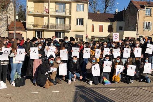 """Une centaine de personnes a manifesté devant le lycée du Castel à Dijon pour dire """" non à l'expulsion d'Elvis """" ce lundi 11 janvier."""