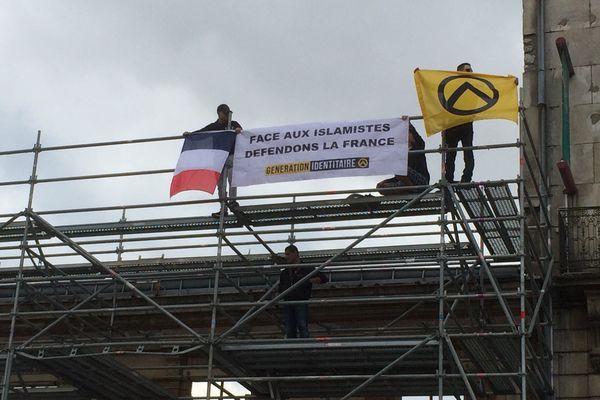 Les militants sont montés sur un échafaudage boulevard Alexandre Martin pour déployer leur banderole.