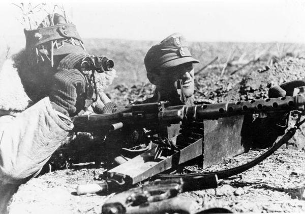Des soldats d'une division de montagne allemande photographiés en 1943 sur le front Est, en Russie.