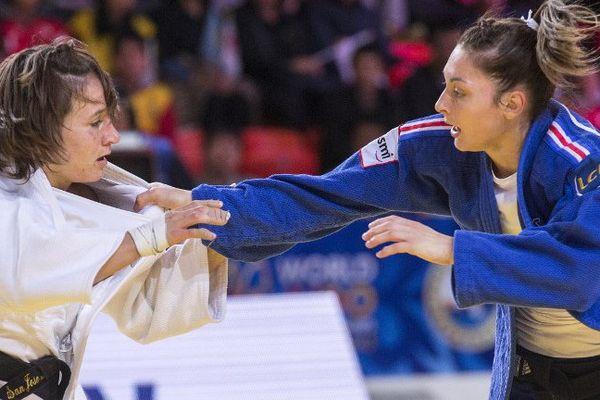 Automne Pavia, à droite, gagne le bronze en venant à bout de l'américaine Marty Malloy.