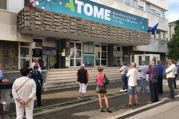 Un écran de télévision a été installé devant l'ATOME à Alès, pour permettre aux citoyens de suivre le conseil municipal - 23.05.2020