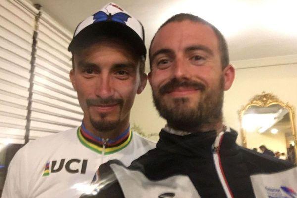 Julian Alaphilippe (à gauche) et son maillot arc-en-ciel de champion du monde, en compagnie de Guillaume Gerbaud, après le sacre du coureur français, ce dimanche 27 septembre.