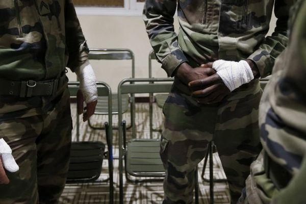 Un maréchal des logis de 33 ans, souffre d'une entaille profonde au niveau de la pommette. Le deuxième militaire, un première classe de 22 ans, a été blessé à un bras. Le troisième, un deuxième classe de 19 ans, a finalement maîtrisé l'individu en le taclant au sol. Il ne souffre que d'une éraflure à la main.