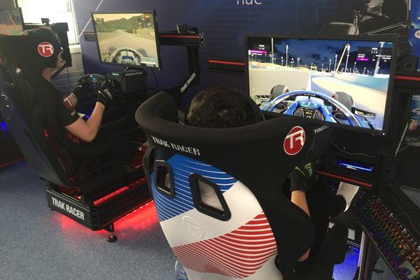 Dans les locaux de Race Clutch à Limoges, sur les écrans, le jeu vidéo de Formule 1 grand public défile.