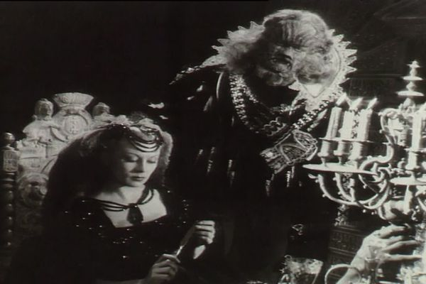 Josette Day et Jean Marais dans le film La Belle et la Bête de Jean Cocteau, 1946.