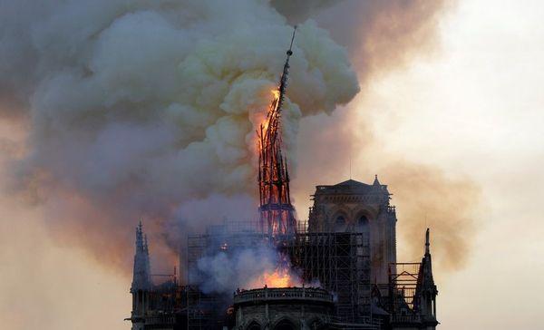 Lors de l'incendie qui a partiellement détruit la cathédrale Notre-Dame de Paris, la flèche n'a pas résisté.