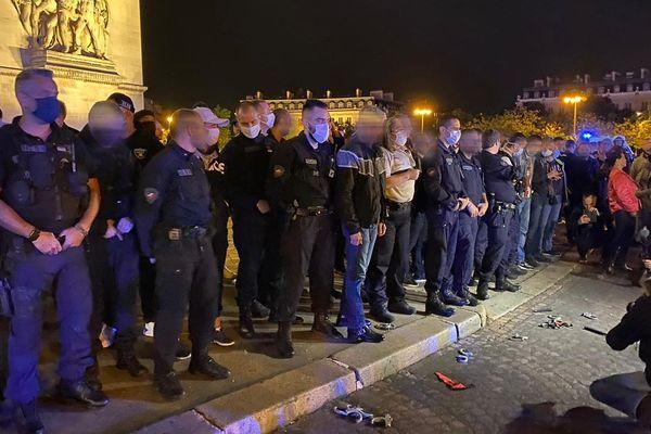 Plusieurs dizaines de policiers ont manifesté ce samedi 13 juin devant l'Arc de triomphe à Paris.
