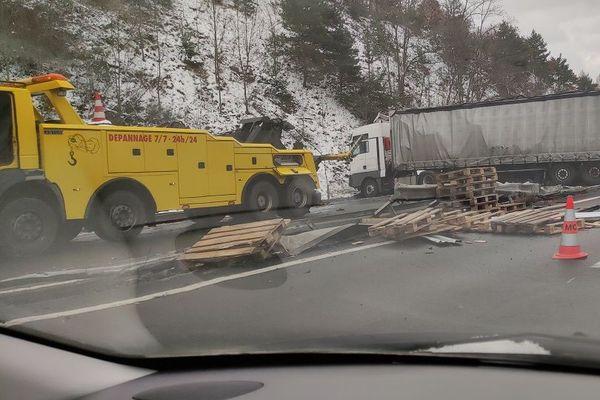 Un camion transportant des palettes est accidenté sur l'autoroute A75 au niveau de Massiac (Cantal).