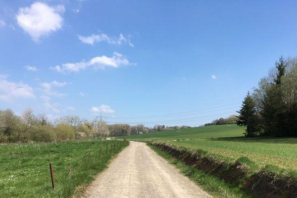 Le chemin de la frontière relie dans une boucle de 7 km à travers champs les villages de Berviller-en-Moselle en France et Berus en Allemange.