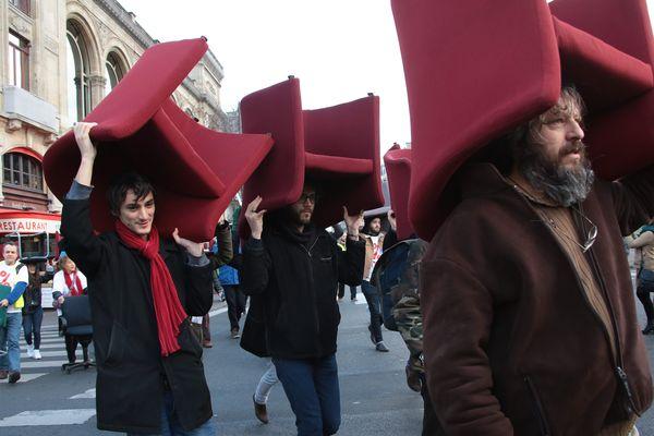 Manifestation des faucheurs de chaises en marge du procès Cahuzac, le 8 février 2016 à Paris.