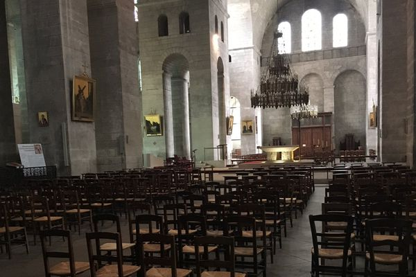 La cathédrale Saint-Front ouverte mais vide. Quelques croyants sont venus allumer des cierges.