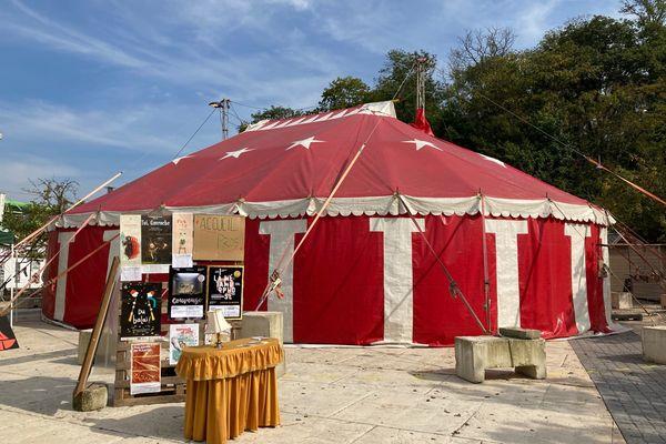Le chapiteau rouge de Tadam ! est dressé pour la première fois à Charleville-Mézières, à l'occasion du Festival mondial des théâtres de marionnettes, depuis le 17 septembre 2021.