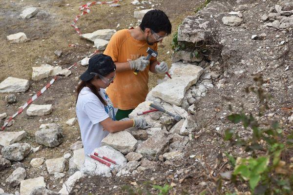 Les volontaires apprennent différentes techniques de restauration du patrimoine bâti ou naturel