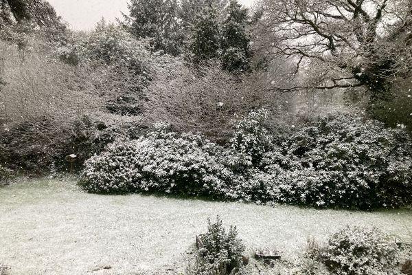La neige s'est invitée en centre-Bretagne ce dimanche 11 avril. 1 à 2 cm comme ici à Plévin (Côtes d'Armor)