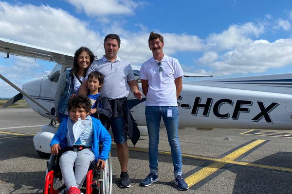 """Gabriel, 5 ans vient de passer 15 minutes de rêve. A droite, son pilote Axel Sagnier est """"aussi heureux que lui!"""""""