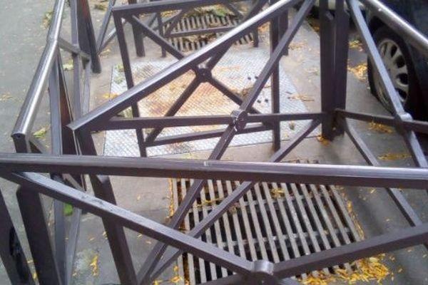 Un dispositif anti-SDF installé sur un trottoir du 19ème arrondissement de Paris.