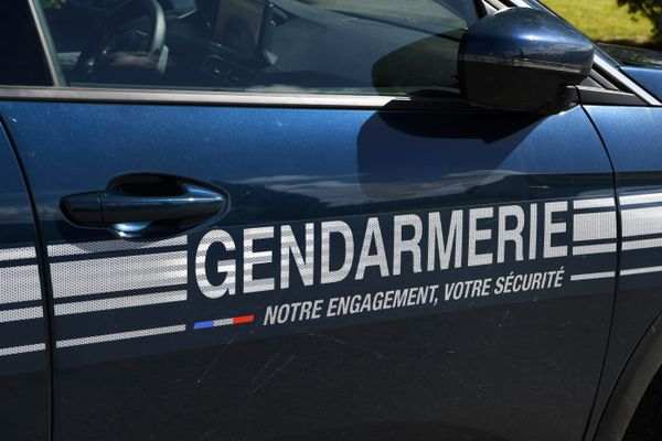 Les gendarmes mènent l'enquête après la détérioration de plusieurs panneaux électoraux à Oulches, dans l'Indre.