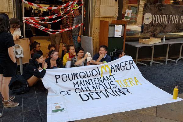 """""""Pourquoi manger maintenant ce qui nous tuera demain ?"""", interrogent les membres de Youth for Climate"""