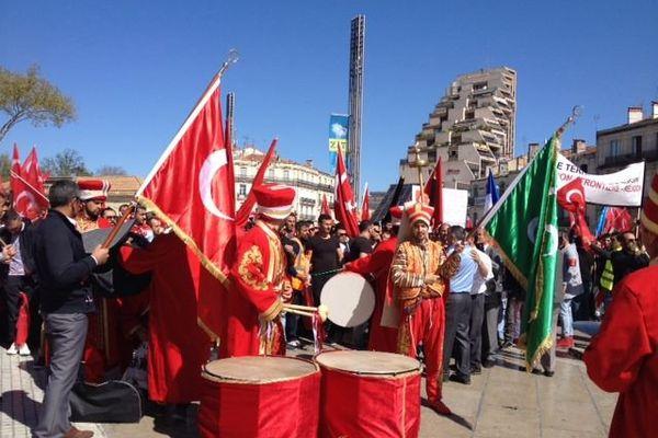 Environ 800 militants pro-gouvernement turc se sont opposés à la manifestation du Parti des travailleurs du Kurdistan.
