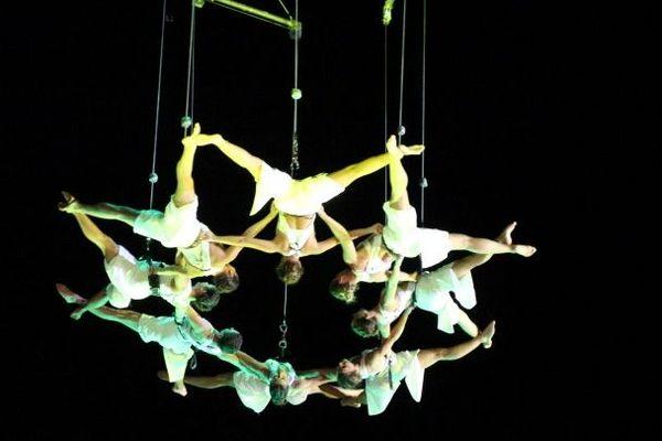 Aerial Strada, investira le ciel arlésien en ouverture du festival avec une représentation acrobatique intitulée Sylphes.