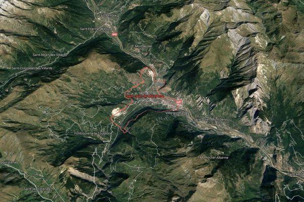 La voiture a été retrouvée dans la retenue d'eau du barrage de la Combe, sur la commune de Saint-Jean-de-Maurienne (Savoie).
