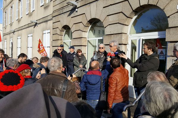 Lech kowalski et son avocat (derrière le micro) après leur convocation au tribunal, mardi 15 novembre à Guéret