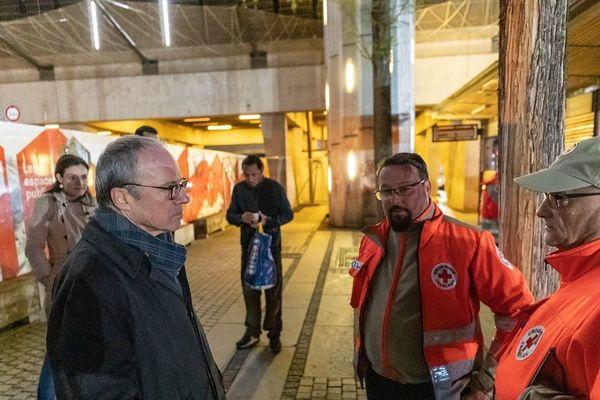 Lyon - Le préfet du Rhône et de la région Auvergne Rhône-Alpes, Pascal Mailhos échange avec des bénévoles de la Croix-Rouge Française 24/03/2020