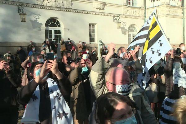 La foule devant la mairie de Nantes alors que le drapeau breton va être installé au fronton.