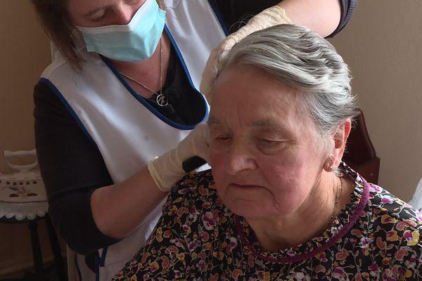Maud Denis est aux petits soins pour Eliane, 82 ans. Elle lui rend visite trois fois par semaine.