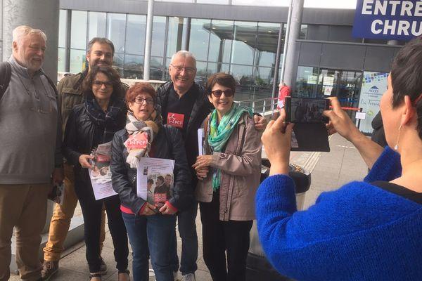 Plusieurs militants du PCF bisontin autour de la candidate Barbara Filhol à Besançon le 21 mai 2019