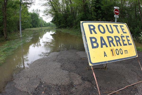 Une route inondée - illustration
