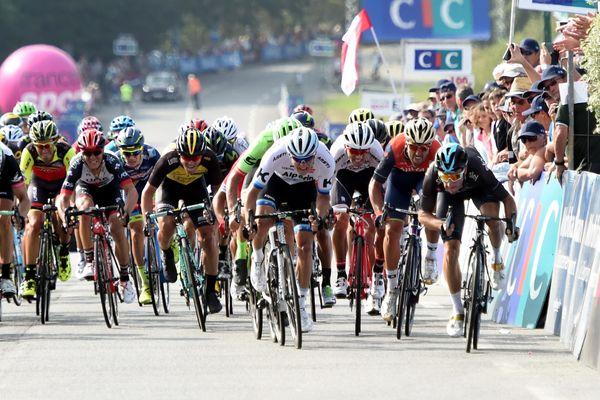 Après l'EuroEyes Cyclassic et deux étapes du Tour de Poitou-Charentes, le sprinteur italien de la Sky (tout à droite) s'offre sa quatrième victoire en sept jours.